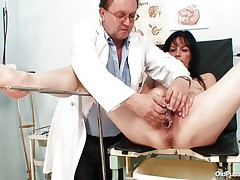 brunete mature bitch receives a dildo therapy